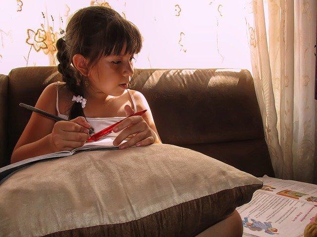 dívka píše úkoly