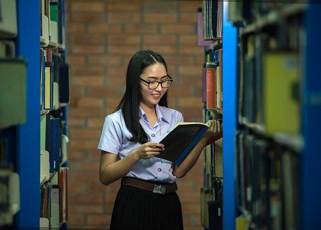 studentka v knihovně