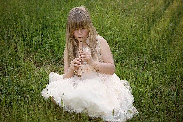 holka hraje na flétnu
