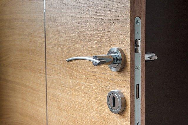 pootevřené dveře detail kování