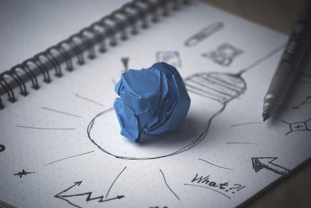 kresba žárovky a zmuchlaný papír
