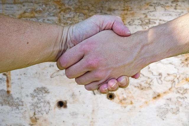 poddané ruce dvou můžu