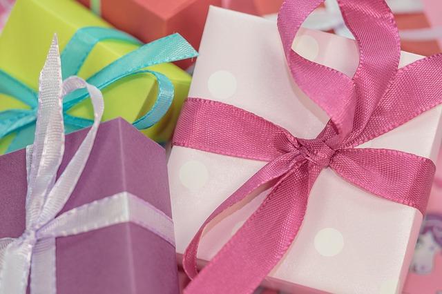dárkové krabičky v různých barvách