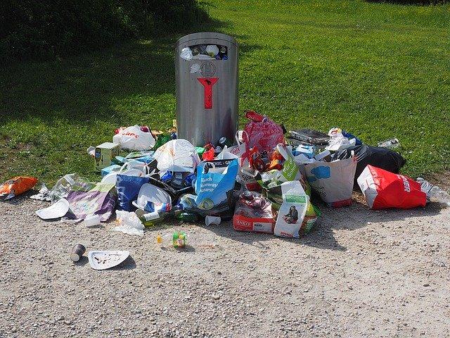 mnoho odpadků kolem koše