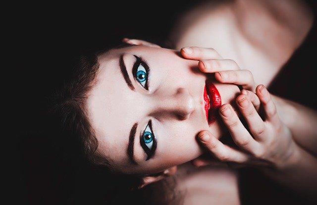žena s modrýma očima