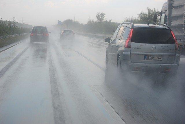 dálnice v dešti