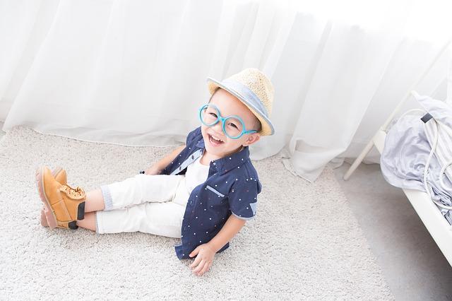 kluk v brýlích a klobouku