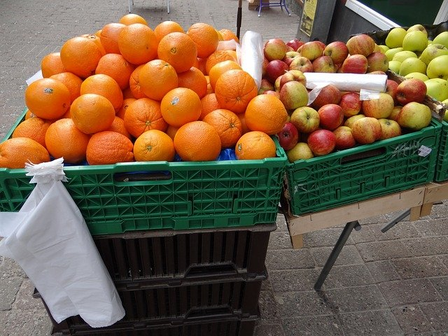 pomeranče a jablka na prodej.jpg