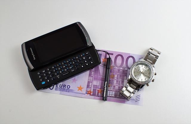 mobil, peníze a hodinky.jpg