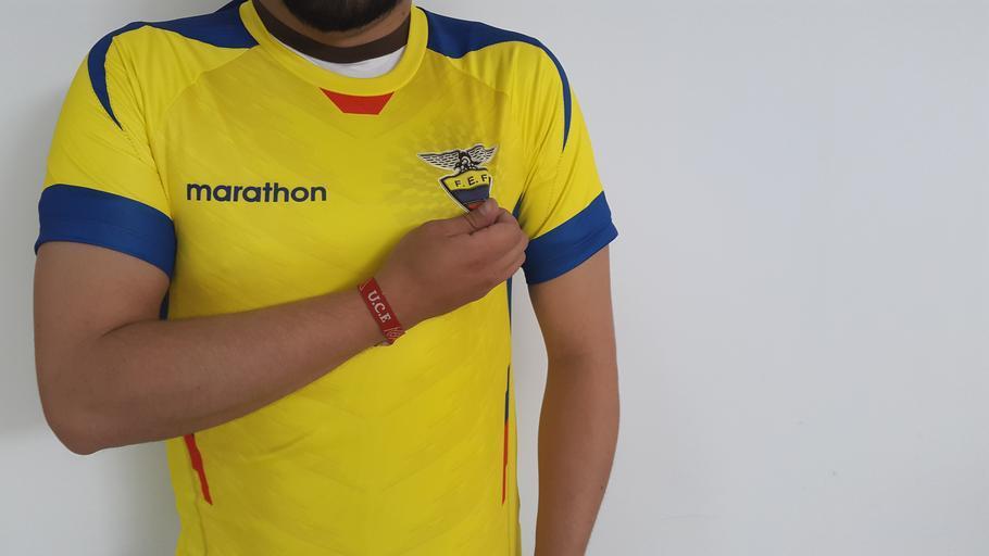 žlutomodré tričko s reklamním potiskem