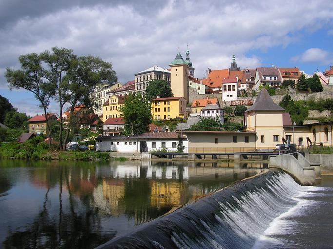 hrad Loket s řekou a splavem