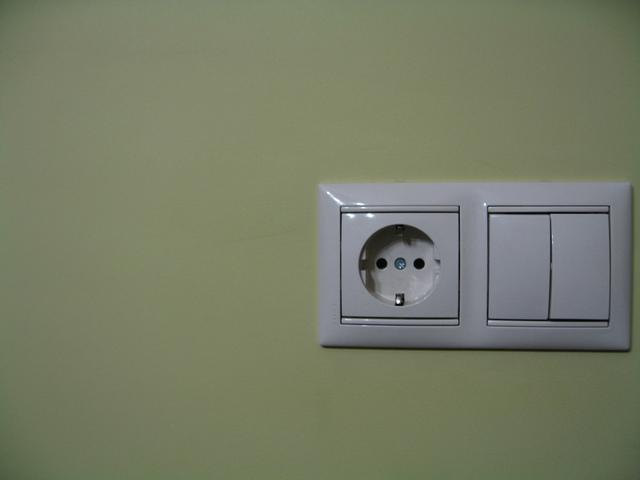 bílá zásuvka a vypínač