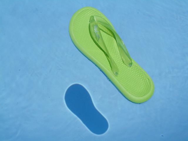 bota v bazénu