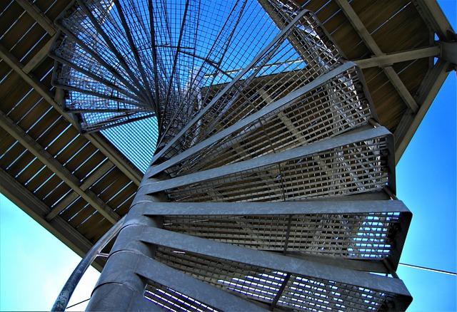 točité kovové schodiště – únikový východ