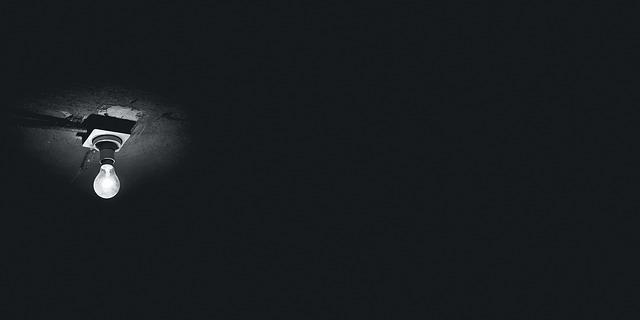 tmavá místnost s žárovkou