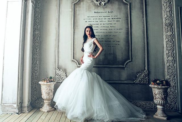extravagantní svatební šaty
