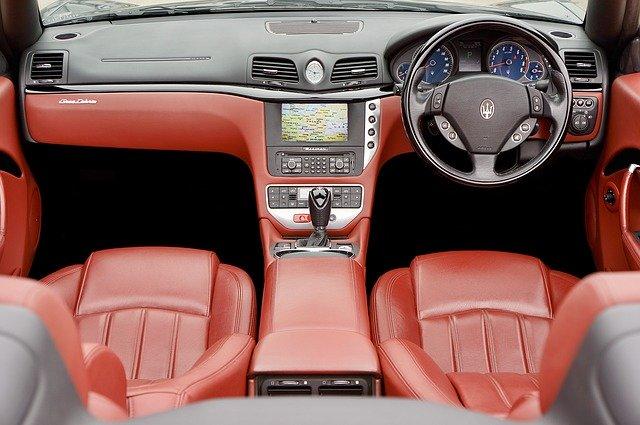 hnědočervené kožené sedačky v autě