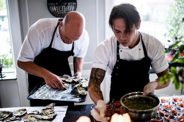 dva kuchaři jak připravují pokrm