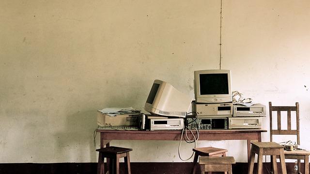 počítače na stole