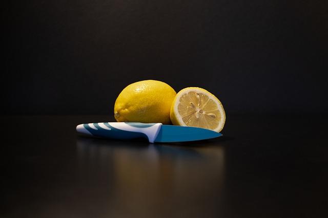 nůž a citrony
