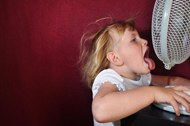 foukající ventilátor na dítě
