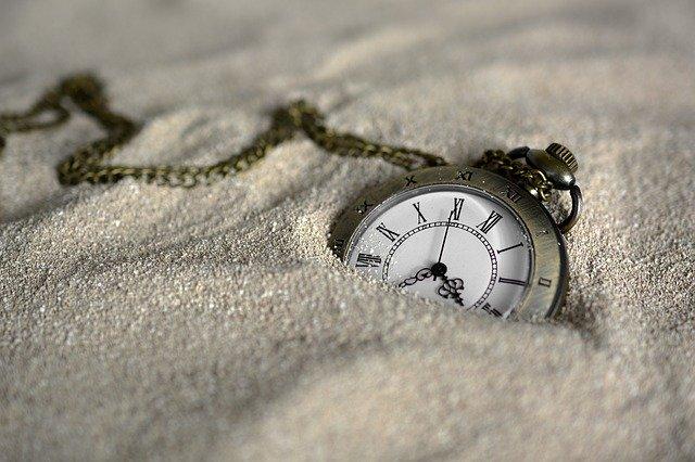 staré luxusní hodinky v písku