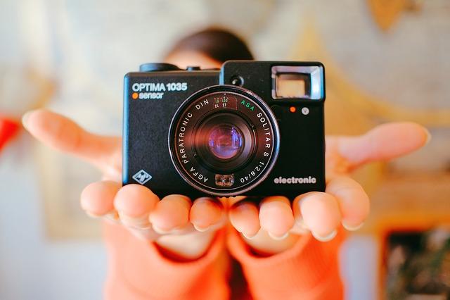 fotoaparát v rukou