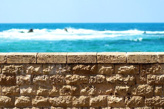 zeď z betonových prefabrikátů