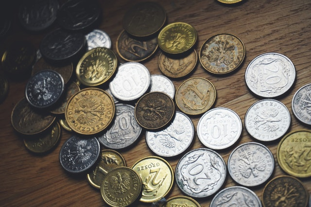 mince na stole dřevěném