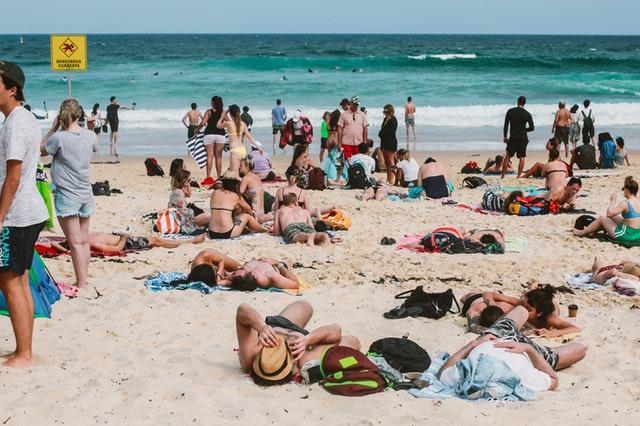 lidé na pláži