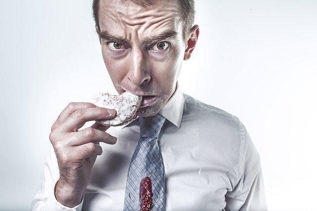 hlad, muž jí sušenku