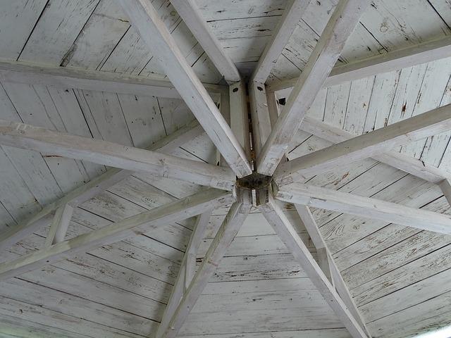 dřevěná střecha altánu